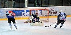 Na rokycanském ledě neuspěli v minulém kole krajské soutěže hokejisté HC Strašice. Podlehli Holýšovu 1:5 a ještě těsně před koncem mohl nepříznivý stav korigovat Michal Brabec (69), ale gólman Griga jeho střelu lapačkou zlikvidoval.