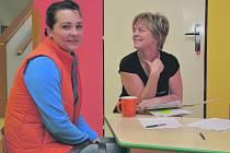 K zápisu do mateřské školy dorazila i Pavla Urbánková (vlevo), která má doma kluky dvojčata. Přestože by ráda nastoupila zpět do zaměst- nání, kde na ni už čekají, ví, že šance je minimální, a hlídání bude muset řešit jiným způsobem.