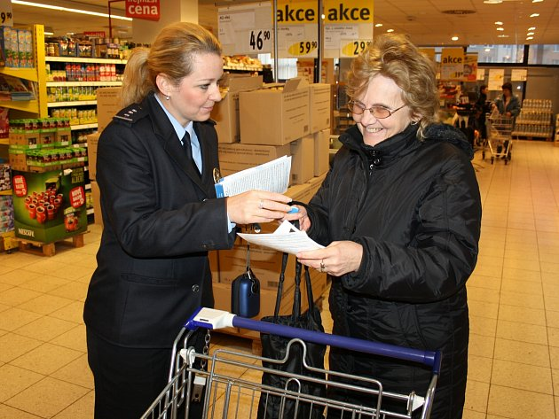 POLICEJNÍ MLUVČÍ Hana Kroftová (vlevo) včera radila nakupujícím, jak se vyvarovat kapesním zlodějům. Akce nazvaná Obezřetnost se vyplatí se uskutečnila v supermarketu Albert.