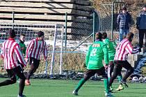Fotbalisté FC Rokycany (v zeleném) si pronajali trávník s umělým povrchem v areálu Senca Doubravka. Deklasovali tu Cerhovice a zítra od 10.30 kopou s Komárovem.