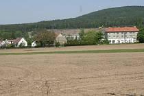 Trasa obchvatu by měla v Hrádku vést těmito místy, tedy i za bydlištěm muže branícího se prodeji pozemku.