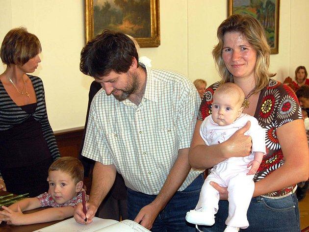 Se sedmi nedávno narozenými obyvateli Rokycan se seznámil ve středu v podvečer starosta Jan Baloun. Malá Anička Ratajová vykoukla na svět 26. května.