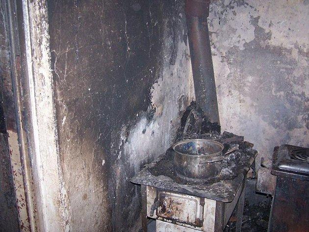 V domě v Kařeze vplál oheň. Napáchal dvousettisícovou škodu.