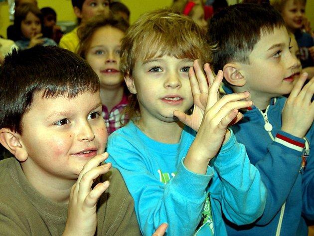 Nanečisto si ve středu dopoledne zahráli na hudební nástroje kluci a děvčata z 1. třídy ZŠ v rokycanské Čechově ulici. Zúčastnili se výchovného koncertu v sále knihovny.