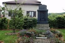POMNÍK obětem I. světové války v Plískově. Z bitev se nevrátilo deset mužů.