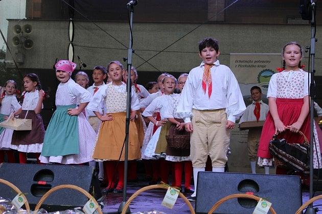 MALÉ ROKYTÍ nadchlo diváky na Masarykově náměstí v sobotu před polednem. Vystoupení souboru při DDM Rokycany navazovalo na oficiální zahájení dožínek Plzeňského kraje.