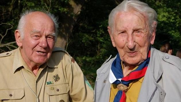 Ve skautském areálu pod rokycanskou nemocnicí se setkaly místní legendy tohoto hnutí. Vlevo je Vladimír Hittman a vpravo devětadevadesátiletý Antonín Prokůpek.