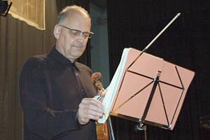 Předvánoční čekání zpestřil houslový virtuoz Bohuslav Matoušek posluchačům v rokycanské sokolovně.