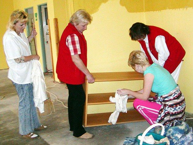 Do likvidace potopy se pustil veškerý personál mateřské školy. Ta zůstane nejméně do konce roku uzavřena. Škody se odhadují na 300 tisíc.