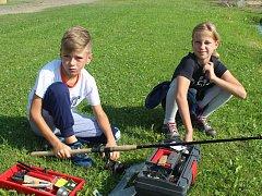 Tonda Váně i jeho dvojče Martina se v sobotu ráno zapojili do dětské rybářské soutěže ve Veselé.