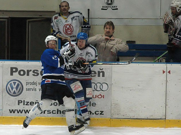 Hokejisté SKP remizovali s vedoucím mužstvem krajského přeboru 4:4. Souboj rokycanského Václava Kočího (v bílém) a plzeňského hokejisty. Jak je ze snímku vidno, i trenér může snadno přijít k úhoně.