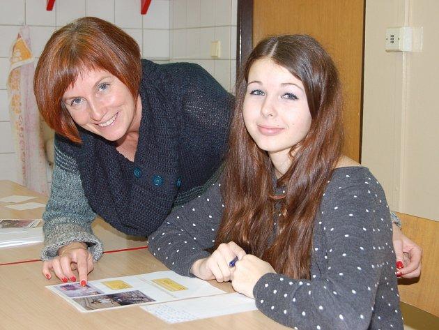 Na ústní projev se při olympiádě ve znalostech němčiny připravovala Tereza Jonáková ze školy ve Zbiroze (vpravo). Vylosovanou otázku jí vysvětlovala porotkyně Daniela Moulisová.