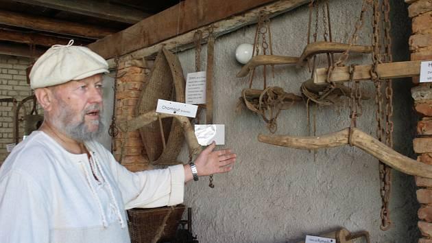 MLYNÁŘ JINDRA ze zařízení pod Mešnem vybudoval s přispěním rodinných příslušníků a přátel nádherné ohlédnutí za historií. Kromě unikátních strojů zprovoznil ve stodole přehlídku nářadí. Dřevěný hubcuk sloužil ke zvedání poražených prasat.