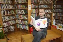 SPISOVATEL JIŘÍ DVOŘÁK zamířil za děvčátky a kluky do rokycanské knihovny a skvěle je pobavil.