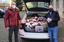 Školáci z Nezvěstic věnovali plyšáky pro nemocnici.