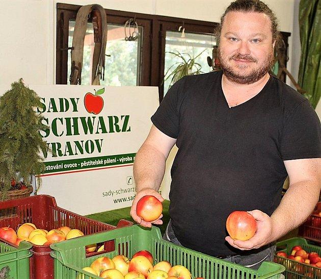 Vlastní prodej ovoce je rovněž na delší povídání. Stlakem supermarketů se nechce farmář smířit, ale jít pod výrobní cenu také ne. Osvědčuje se vlastní prodej. Především přímo vsadech (minulou sobotu jsme se přesvědčili, jak se lidé předzásobují) a popul