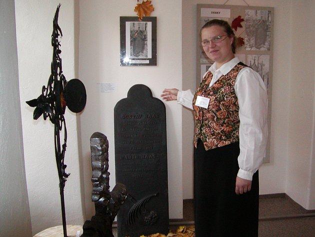 O železných a litinových funerálních plastikách informovala účastníky vesrnisáže nové výstavy v Muzeu dr. B. Horáka Jana Bělová.