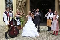 Dva dvouletí členové souboru Rokytka si v Mirošově řekli ANO. Po obřadu si s kolegy, kteří přišli poblahopřát, na nádvoří zámku i zahráli.