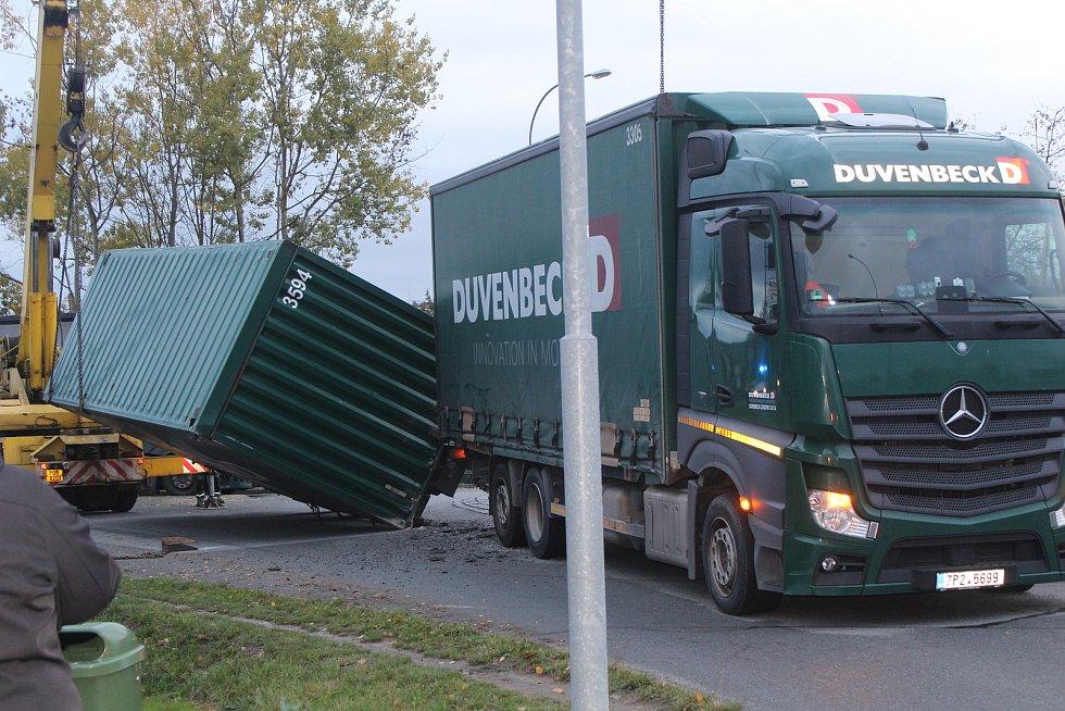 K nehodě došlo v úterý před šestou hodinou ranní na kruhovém objezdu ve Šťáhlavské ulici