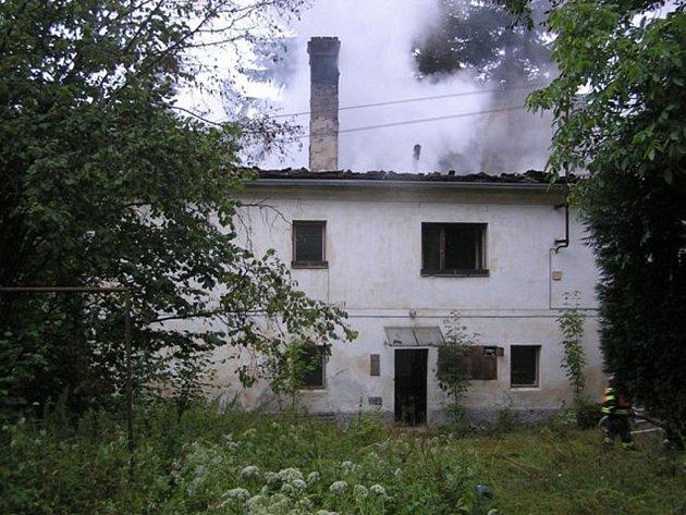Profesionální hasiči z Radnic a SDH Břasy bojovali v pondělí s požárem hájenky v Újezdu u Svatého Kříže.