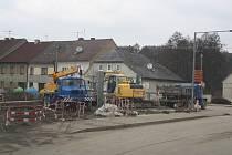Průjezd Radnicemi se komplikuje. Město začíná být na více místech rozkopané. Postarala se o to druhá etapa výstavby kanalizace.