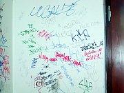 """Původně bílé stěny už bílé nejsou. Podobné """"vzkazy"""" už se ale objevují i na okrové fasádě rokycanského nádraží."""