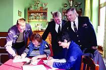 Prezence. Při výroční valné hromadu okrsku Mýto se u ní sešli i starosta Okresního sdružení hasičů Rokycany a velitel okrsku Mýto Miroslav Frost (vpravo), starosta okrsku Jan Dongres a další.