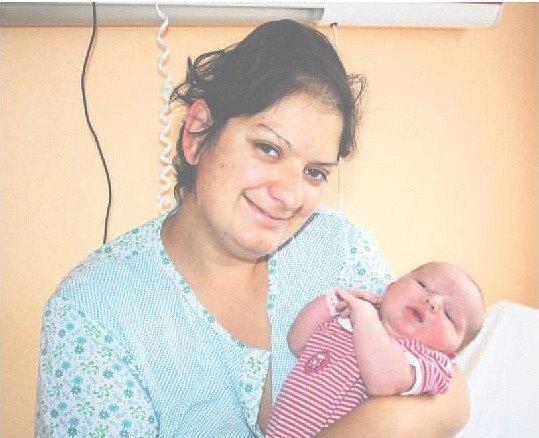 Eliška PALEČKOVÁ ze Stupna přišla na svět 15. října minutu po třinácté hodině. Manželé Romana a Jindřich znali pohlaví svého druhého dítěte dopředu. Malé Elišce sestřičky naměřily 48 cm a navážily 3700 gramů.