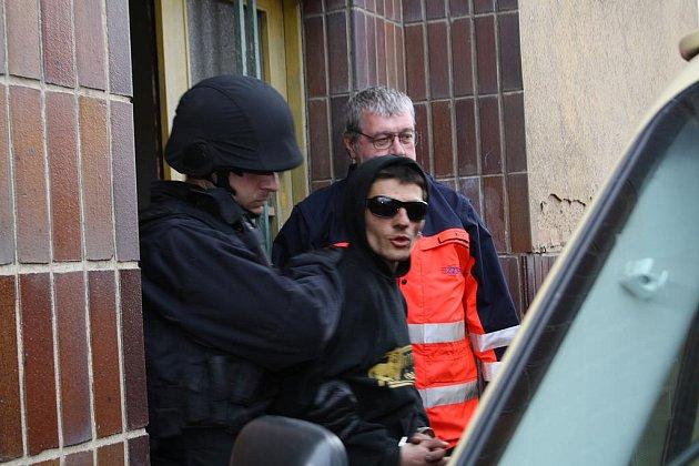 Zpacifikovaný agresor. Až před třináctou hodinou vrcholilo včera drama v rokycanské Plzeňské ulici. Agresivní mladík v černých brýlích ohrožoval obyvatele jednoho bytu a posléze se tu zabarikádoval.