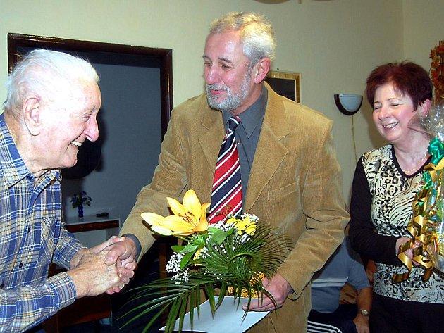 Ve Skomelně blahopřál starosta Milan Bechyně (uprostřed) i zástupkyně Jana Novotná nejstaršímu obyvateli vesnice. Václav Florián slavil 95. narozeniny.