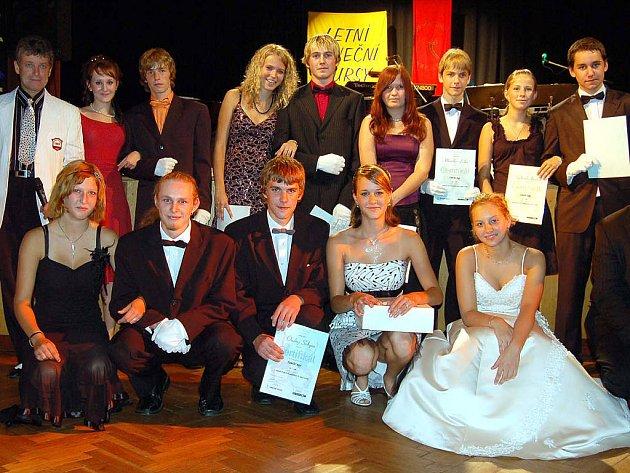 Sobotní dění v rokycanské sokolovně se týkalo věnečku tanečních kurzů. Mistr Evžen Krejčík (stojí vlevo) zorganizoval soutěž, kterou vyhráli Tereza Schliková a Ondřej Sekyra (v pokleku uprostřed).