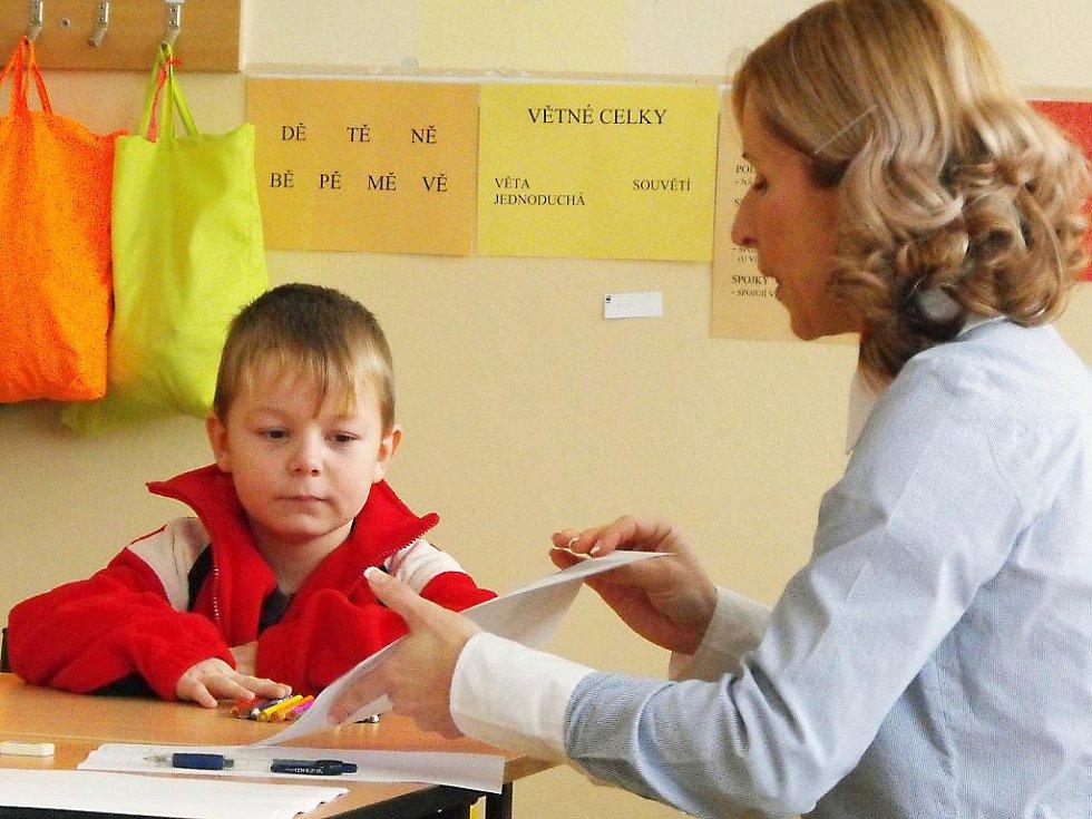 Pro zápis do první třídy si rodiče Jana Moulise vybrali rokycanskou Základní školu Čechova ulice. Jeho znalosti prověřovala učitelka Eva Rothová.