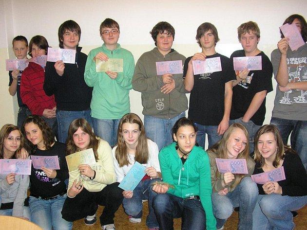 Žáky osmé třídy (na snímku), kteří obdrželi na závěr od své třídní učitelky bankovky v hodnotě padesát až pět set euro z jedlého papíru, projekt finančního vzdělávání bavil.