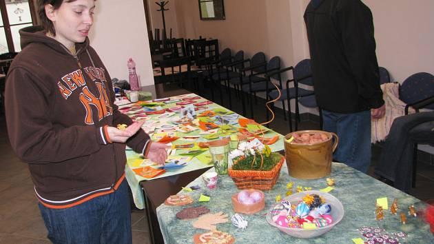 Zuzana Junková ukazuje na velikonoční výstavě kuřátka vyrobená z korálků.