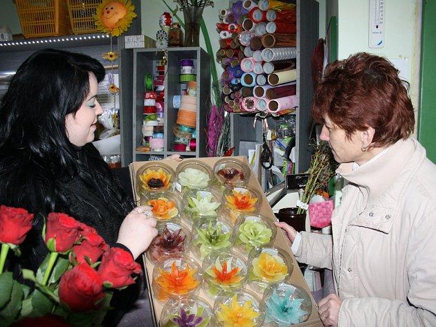 Valentýn oslaví mnoho zamilovaných. Svíčku v podobě květu si ke Zdeňce Hacaperkové přišla vybrat také Miloslava Končalová z Rokycan.