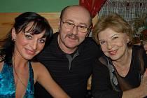 Herecká gratulace. Mezi účastníky nechyběla herečka Libuše Švormová. Na snímku je se svým manželem a  vlevo je paní Gabriela, manželka Tomáše Fialy juniora.