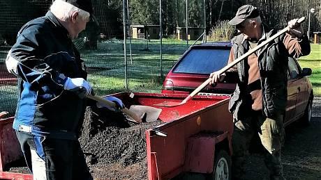 Brigádníci přiložili ruce k dílu při údržbě areálu.