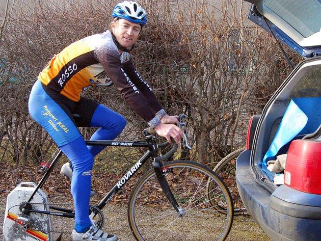 Cyklokrosař Václav Metlička se stal v  úterý vítězem Novoroční jízdy na Žďár a pomohla mu určitě důkladná rozcvička.