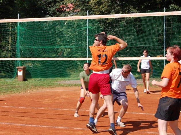 V Mirošově uspořádali v sobotu turnaj smíšených družstev ve volejbalu.  Hrálo se na třech rozpálených kurtech až do 19 hodin.