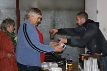 PETR PIDRMAN (vpravo) se staral o občerstvení během akce nazvané Brdský prďák. Na návštěvu zavítal také starosta SDH Cheznovice Miroslav Frost.
