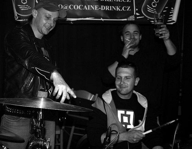 Rokycanský festík psal z pátku na sobotu pátý díl. Multižánrová přehlídka se týkala jedenácti kapel a jako první se připravovala skupina Pod stolem z Plzně.