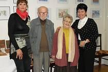 Při vernisáži výstavy Setkání generací jsme zachytili Miroslava Kozlíka s manželkou Alenou a iniciátorky akce Janu Audesovou a Gabrielu Sloupovou (po stranách).
