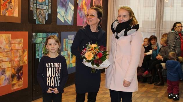 Žáci výtvarného oboru ZUŠ Rokycany se pochlubili svou šikovností, ale v rámci vernisáže nezapomněli ani na poděkování pedagožce Zdeně Králové (uprostřed).