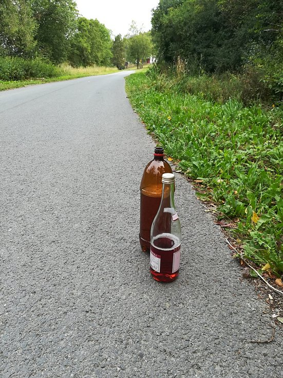 Polámané, popsané lavičky i s prázdnými lahvemi od alkoholu trápí představitele Zbiroha. Vandalismus na dětském hřišti už prošetřuje Policie České republiky.