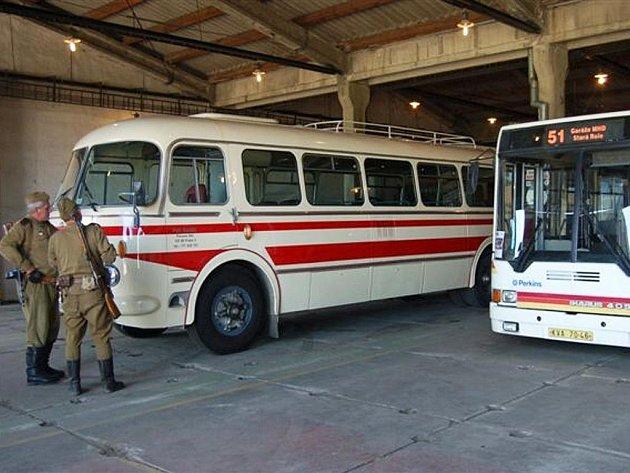 Areál bývalých kasáren ve Strašicích obsadili také milovníci veřejné hromadné dopravy. Umístili zde zatím jedenáct autobusů a trolejbusů.