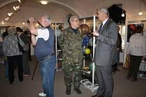 PO ZAHÁJENÍ výstavy k 55. výročí Hvězdárny Rokycany, kterou zahájilo Muzeum dr. B. Horáka, musel ředitel Karel Halíř (vpravo) mnohým zodpovídat rozmanité dotazy k instituci samé i astronomii.