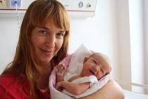 STELA ŘADOVÁ z Kamenného Újezdu přišla na svět 24. července ráno, v devět hodin a třicet sedm minut. Maminka Markéta a tatínek Tomáš, který byl na sále pomáhat, věděli dopředu, že jejich první dítě bude holčička. Malá Stelinka vážila 3410 g, měřila 51 cm.