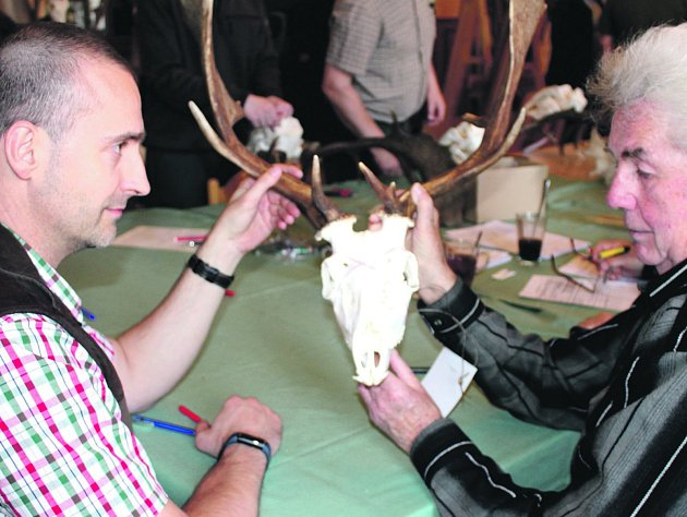 Jednotlivé exponáty posuzovali zkušení hodnotitelé a byli mezi nimi Michal Pernica ze společnosti Jeroným Colloredo Mannsfeld i Bohuslav Jansa z Líšné (zleva).