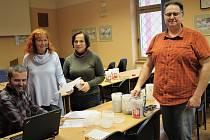 POČÍTÁNÍ TŘÍKRÁLOVÉ SBÍRKYMístostarosta okresního města Tomáš Rada (vpravo) se ujal se zástupkyněmi Oblastní charity Marií Duškovou a Alenou Drlíkovou (ta si vzala na pomoc manžela) odpečetění tříkrálových pokladniček.V zasedačce Triana na nádvoří rokycan