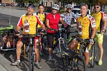 NEVID reprezentovala tahle skupina jezdců. Šlapat do pedálů nemusela dvojčátka Anička a Janička Morozovovy, která se vezla z Rokycan do Kornatic ve speciálním vozíku.